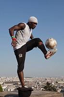 Fussballartist vor dem Sacre Coeur, Paris