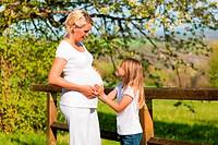 Schwangerschaft _ Mädchen berührt Bauch