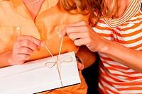 Mutter und Tochter mit einem Geschenk