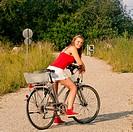 Frau fährt auf dem Fahrrad im Sommer