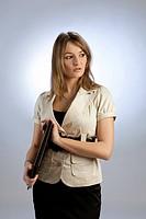 Geschäftsfrau mit Mappe im Studio vor weissem Hintergrund