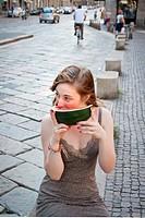 ragazza che mangia l´anguria, milano, lombardia, italia