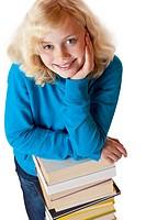Junges Mädchen stützt sich Bücherstapel