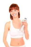 Junge sportliche Frau mit einer Flasche Mineralwasser