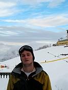 giovane uomo sulle piste da sci, ritratto
