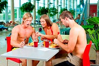 Essen im Restaurant des Schwimmbades