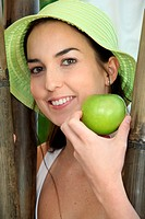 Smiling woman with sunhat and apple