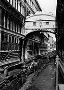 italia, venezia, il ponte dei sospiri sopra il rio di palazzo prosciugato, 1955