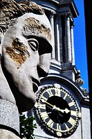 Angel Head sculpture by Emily Young in front of St  Paul´s Cathedral, London, England, with the St  Paul´s Cathedral clock in the background