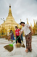 Women brooming Shwedagon pagoda´s floor