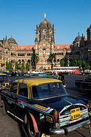 Taxi outside the Victoria Terminus Chhatrapati Shivaji Terminus, UNESCO World Heritage Site, Mumbai Bombay, Maharashtra, India, Asia