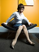 WR0907925 Portrait of a adult woman sitting on a chair