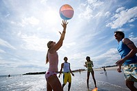 WR0932673 Four adults playing with a beach ball