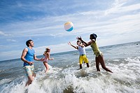 WR0932675 Four adults playing with a beach ball