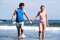 WR0932768 Couple holding hands at the beach