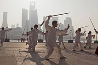 Morning exercises, men doing sword dance at the Bund in the morning, Shanghai, China, Asien