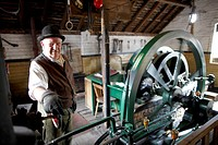 Volunteer explains steampowered flywheel to visitors, The Iron Gorge Museums, Blists Hill Victorian Town, Ironbridge Gorge, Telford, Shropshire, Engla...