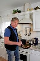 Bestager in einer Küche am Kochen