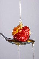 Cascade of sugar on a strawberry
