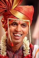Indian Hindu wedding bridegroom in traditional maharashtrian turban , Bombay Mumbai , Maharashtra , India MR748Z