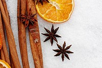 Z59-1904369 fruits of star anise  Illicium verum  cinnamon sticks  Cinnamomum cassia  dried orange slices  potpourri on artificial snowflakes