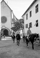 UIG-911-16-1059748 British group captain and aviator Peter Townsend riding a horse during a horse show Merano 1955