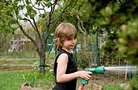 Kind im Garten beim Sprengen
