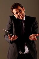 Geschäftsmann mit Taschenrechner