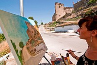 ZK8-1932826 Painter paint a castle of Sabiote Jaen Spain