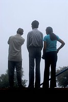 DPA-NMK-104881 Tourist guide with couple at Echo Point in heavy mist at Mahabaleshwar  District Satara  Maharashtra  India  Asia