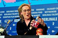 Meryl Streep bekomt eine Matroska Puppe geschenkt Auf dem sie drauf ist darunter Meggi Thatcher und darunter Anna Vintour PK und Photocall The Iron La...