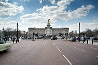 England, London, Buckingham Palace. Buckingham Palace at the end of The Mall.