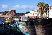 Fischerboote im Hafen, Camara dos Lobos, Madeira, Portugal - Fishing boats in the harbor, Camara dos Lobos, Madeira, Portugal