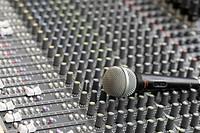 Mikrofon auf einem Mischpult, Foto: Robert B. Fishman, 27.6.2014