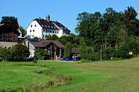 Das kleine Dorf Oberbrunn bei Pittenhart mit dem Schloß Oberbrunn, einem Seminarzentrum für Gemeinschaftsbildung nach Scott Peck / The little bavarian...