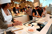 """(150520) -- ROME, May 20, 2015 () -- Italians learn Chinese cuisine at Rome's Eataly, Italy, May 19, 2015. A promotional event to celebrate """"""""Beautifu..."""
