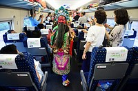 (150705) -- BEIJING, July 5, 2015 () -- Little actors and actresses of Hui Opera walk on the G306 high-speed train from Fuzhou, capital of southeast C...