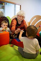 Reportage on intergenerational projects set up in a kindergarten and crèche in Switzerland. In both establishments, volunteer retirees take part in th...