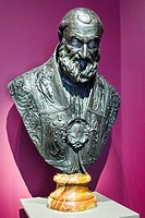 Bust of Pope Sixtus V (1600) . bronze sculpture. - Victoria and Albert Museum - London, England.