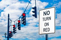 ´No Turn On Red´ sign and traffic signal lights on red.