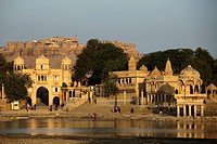 India, Rajasthan, Jaisalmer, Gadi Sagar Tank, Tilon ki Pol gate, shrines