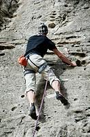 Hombre escalando en Embalse de Pedrezuela, Los Alcores, Madrid, España.