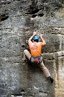 Hombre escalando en el embalse de la Pedrezuela, Sierra de Los Alcores, Madrid, Spain