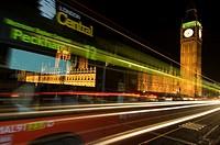 Traffic at night on London´s Westminster bridge