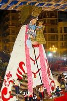 Ofrenda floral a la Virgen de los Desamparados durante las Fallas de Valencia Manto de flores