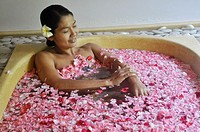 Ubud (Bali, Indonesia): bath between flowers at the Ubud Hanging Gardens Hotel´s Ayung Spa