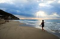 Mujer paseando por la playa del Garraf, Garraf, Provincia de Barcelona, Catalunya, España