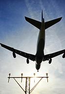Airbus 340 descendiendo en el Aeropuerto del Prat y sistema de luces de aproximación ALS aeroportuarios, Prat del Llobregat, Baix Llobregat, Barcelona...