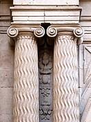 Columnas y capiteles de estilo jónico con volutas en la portada de la iglesia de Santiago el Real - Logroño - La Rioja - España