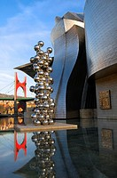 """Guggenheim Museum and the scuplture """"Tall tree and the eye"""" by Anish Kapoor with """"La Salve"""" bridge on the bagkground, Bilbao, Vizcaya, Basque Country,..."""